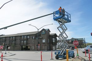 City crews install new traffic lights at the intersection of Fifth Ave. and Cedar St. in anticipation of the one-way streets to revert to two-way traffic in the near future. Photo by Ben Olson.